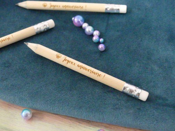 Crayons de papier gravés